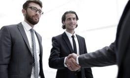 Бизнес-группа приветствует партнера с рукопожатием Стоковое Изображение
