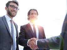 Бизнес-группа приветствует партнера с рукопожатием Стоковые Фотографии RF