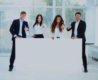 Бизнес-группа с знаменем в офисе Стоковое Изображение RF