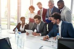Бизнес-группа тщательно изучая таблетку Стоковые Фотографии RF