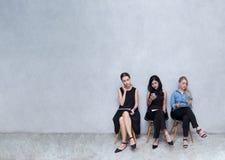 Бизнес-группы к использованию телефонов Во время ожидания для intervi Стоковое Фото