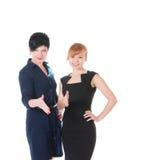 2 бизнес-леди давая руку к рукопожатию Стоковые Фото