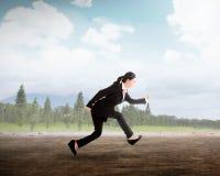 Бизнес-леди бежать на улице Стоковые Фото