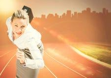 Бизнес-леди бежать с портфелем против оранжевых пирофакела и горизонта Стоковое Изображение RF
