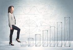Бизнес-леди взбираясь вверх в наличии нарисованная концепция диаграмм Стоковое Фото