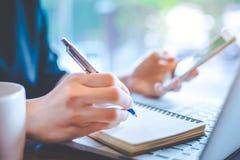 Бизнес-леди вручают работают на компьютер-книжке и такине Стоковая Фотография