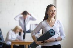 Бизнес-леди выбирая фитнес Стоковые Фото