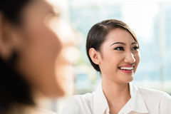 Бизнес-леди в встрече команды Стоковые Изображения RF