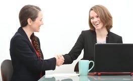 2 бизнес-леди в интервью или переговорах тряся руки Стоковое Изображение RF