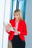 Бизнес-леди в коридоре офиса с планшетом Стоковые Фото