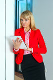 Бизнес-леди в коридоре офиса с планшетом Стоковая Фотография RF