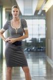 Бизнес-леди в коридоре офиса Стоковые Фото