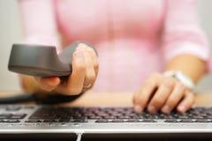 Бизнес-леди в офисе работая на компьютере и предлагая h Стоковое Изображение RF