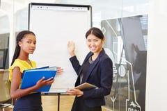 2 бизнес-леди в представлении статистик Стоковая Фотография