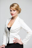 Бизнес-леди в элегантном усаживании костюма Стоковая Фотография RF