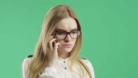 Бизнес-леди говорит на экране зеленого цвета телефона видеоматериал