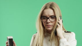 Бизнес-леди говорит на экране зеленого цвета телефона сток-видео
