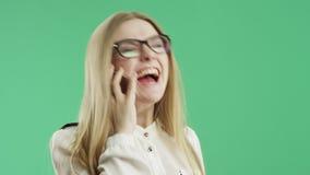 Бизнес-леди говорит на экране зеленого цвета телефона акции видеоматериалы