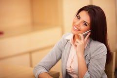 Бизнес-леди говоря на сотовом телефоне стоковое изображение rf