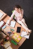 Бизнес-леди говоря над телефоном Стоковая Фотография