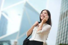 Бизнес-леди говоря на умном телефоне в Гонконге Стоковое фото RF