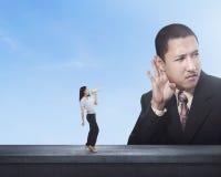 Бизнес-леди говоря что-то к ее партнеру используя мегафон Стоковые Изображения