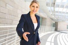 Бизнес-леди готовая к рукопожатию Стоковое Изображение RF