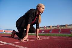Бизнес-леди готовая к спринту стоковое изображение rf