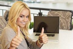 Бизнес-леди держа большие пальцы руки вверх Стоковые Изображения