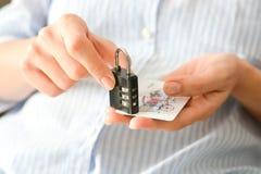 Бизнес-леди держа замок комбинации и кредит или кредитную карточку Стоковое Изображение RF