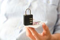 Бизнес-леди держа замок комбинации и кредит или кредитную карточку Стоковые Изображения