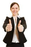 Бизнес-леди держа оба большого пальца руки вверх Стоковое Фото