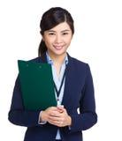 Бизнес-леди держа доску сзажимом для бумаги Стоковые Фотографии RF