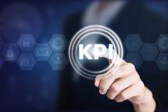 Бизнес-леди держа столбы в KPI стоковая фотография rf