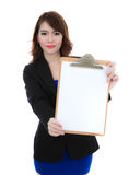 Бизнес-леди держа чистый лист бумаги на доске сзажимом для бумаги изолированный Стоковое фото RF