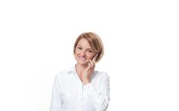 Бизнес-леди держа smartphone на белой предпосылке Стоковое Изображение RF