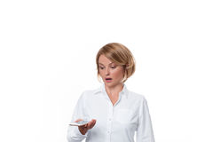 Бизнес-леди держа smartphone на белой предпосылке Стоковое фото RF