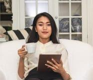 Бизнес-леди держа teblet стоковая фотография