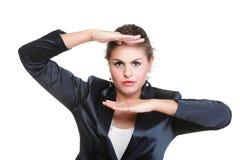 Бизнес-леди делая изолированную рамку руки, Стоковое Изображение RF