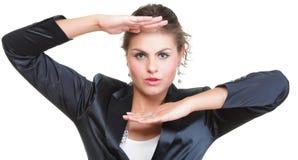 Бизнес-леди делая изолированную рамку руки, стоковое изображение