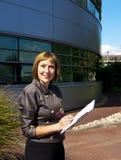 Бизнес-леди делая примечания на доске сзажимом для бумаги Стоковые Фотографии RF