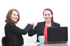 2 бизнес-леди делая рему кулака Стоковая Фотография