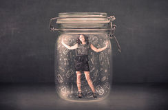 Бизнес-леди захватила в стеклянном опарнике с нарисованными рукой значками средств массовой информации Стоковое Изображение