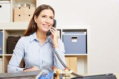 Бизнес-леди звоня телефонный звонок в офисе стоковые фотографии rf