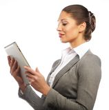 Бизнес-леди использует передвижной компьютер таблетки Стоковое Изображение