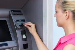 Бизнес-леди используя кредитную карточку стоковая фотография rf
