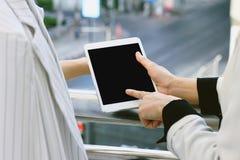 2 бизнес-леди используя ПК таблетки для обсуждают проект Пустой экран для космоса экземпляра стоковая фотография rf