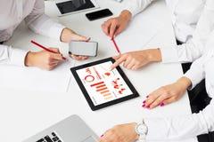 Бизнес-леди используя планшет в встрече Стоковое фото RF