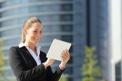 Бизнес-леди используя таблетку в улице Стоковая Фотография RF