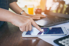 Бизнес-леди используя таблетку к маркетингу анализа Стоковые Изображения